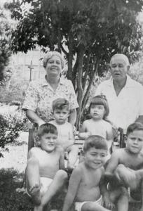 Figura 9- Meus avós, meus primos, minha irmã e eu em férias em Santos.