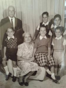 Figura 10- Meus avós, meus primos, minha irmã e eu alguns anos mais tarde.