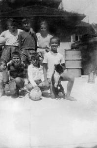 Figura 16- Nosso time de futebol no fundo do quintal da minha casa. Em pé da esquerda para a direita: Jairo, Ruy e William. Agachados da esquerda para a direita: Silvio, eu, Cláudio e Tânia como nosso cachorro Totó.