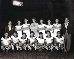 Figura 20- Um dos times em que joguei juntamente com Rivellino. Estou no centro da foto agachado entre os irmãos Rivellino, Abílio à esquerda e Roberto à direita (com a bola).