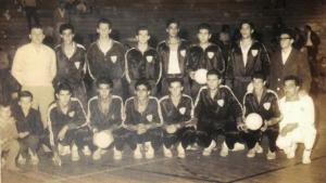 Figura 22- Time da seleção paulista juvenil de voleibol que disputou o campeonato brasileiro de 1962. Estou em pé com a bola na mão.