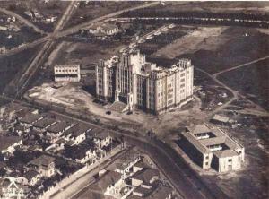 Figura 3- Vista aérea da construção do Instituto Biológico em 1940. A casa dos meus pais, a partir da esquina da rua Morgado de Mateus) é o terceiro telhado da direita para a esquerda e a dos meus avós a quarta.