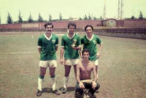 Figura 8- Foto da Intermed de Botucatu de 1969 vencida pela EPM. Nosso time de futebol foi vencedor, estou ladeado por 2 colegas de turma, à esquerda Sérgio Birigui e à direita Fernando Fernandes.