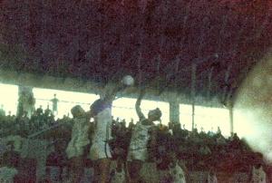 Figura 9- Foto da decisão do voleibol da Intermed de 1970, em Santos, vencida pela EPM. Estou atacando contra o bloqueio da USP.
