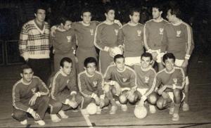 Figura 15- Time de volei que quebrou uma longa série de derrotas na PAULI-POLI de 1965. Sou o terceiro da direita para a esquerda em pé.