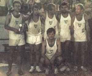 Figura 22- Time de volei campeão da INTERMED de Botucatu de 1969. Estou com o troféu na mão.