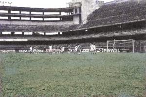 """Figura 28- Lance da partida contra a """"porcada"""" no jogo que fomos desclassificados nos penaltis após cerca de 20 cobranças de cada lado. Estou cobrando uma falta para defesa do goleiro adversário."""