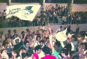 Figura 31- Grande celebração pela vitória no futebol de salão na INTERMED de Santos de 1970. Estou ao centro com o troféu na mão esquerda.
