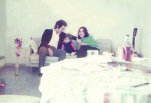 Figura 14- A família na sala de estar do nosso apartamento. O violão servia para matar as saudades de casa.