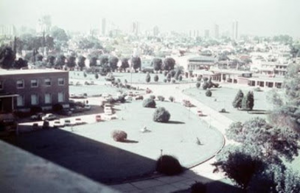 Figura 20- Vista do jardim de entrada do hospital e visão parcial do centro da cidade de Haedo ao fundo.