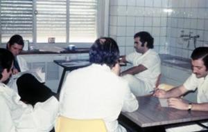 Figura 22- Reunião de revista com Dr. Toccalino (ao fundo à esquerda); à direita ao fundo Jorge Donatone e mais próximo Eduardo Cueto Rua (outro especializando de La Plata).