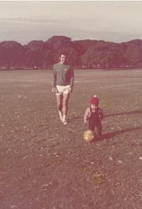 Figura 5- Uly e eu brincando no Parque Palermo antes de uma das partidas amistosas do time do bairro.