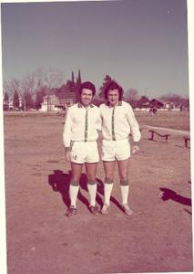 Figura 7- Meu amigo Cazon, aquele que me convidou a jogar pelo EL Faro, e eu.