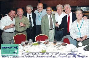 Figura 9- Os membros componentes do Comitê Científico durante o jantar de confraternização ao final do Congresso Mundial. Da esquerda para a direita: Jaime Gerson (México), Joaquin Kohn (Argentina), Daniel Dagostino (Argentina), Ricardo Uauy (Chile), Eduardo Salazar-Lindo (Perú), Ulysses Fagundes-Neto (Brasil), José Vicente Spolidoro (Brasil) e Domingo Jaen (Venezuela).