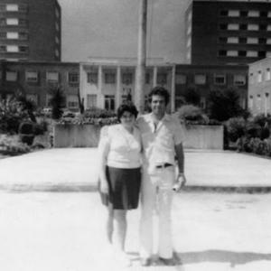 Figura 11- Enfermeira Anita, responsável pelos cuidados dos pacientes durante os procedimentos de investigação clínica, e eu em frente a entrada principal do Policlínico Alejandro Posadas.