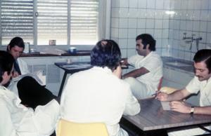 """Figura 2- Foto de um """"Ateneo de Bibliografia"""" coordenado pelo Dr. Toccalino com a participação dos Especializandos em Gastropediatria no Policlínico Alejandro Posadas em 1973."""
