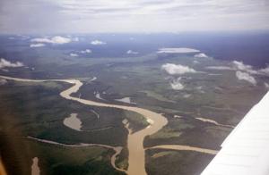 Figura 2- Vista aérea da região do Alto Xingu, em primeiro plano o rio Xingu e ao fundo a lagoa do Ipavu, aonde se localiza a aldeia Camaiurá.