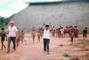 Figura 10- Visão geral de um atendimento dos casos leves de gripe na aldeia Uaura.