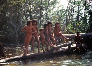 Figura 15- Crianças se divertindo à beira do rio, sempre em grupos e com grande alegria.
