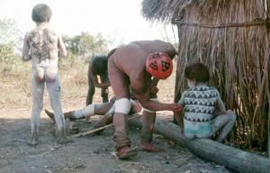 Figura 17- Pai pintando filho para participar da festa do Jawari, manifestação cultural das mais tradicionais na região do Alto Xingu.