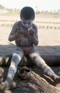 Figura 18- Desde tenra idade as crianças aprendem a participar da cultura do seu povo.