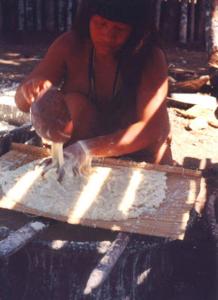 Figura 23- Índia fazendo a lavagem e peneirando a massa da mandioca para extração do ácido cianídrico.