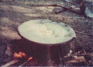 Figura 24- Caldo do polvilho da mandioca submetido à fervura para extração final do ácido cianídrico.