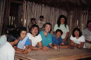 Figura 18- Reunião com as lideranças indígenas no Posto Diauarum em 1990. Ao meu lado esquerdo está Megarom que foi diretor do PIX.