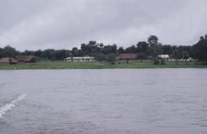 Figura 21- Navegando pelo rio Xingu e pelos atalhos do rio, para cortar caminho, durante a época das chuvas que só os índios conhecem.