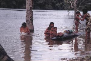 Figura 25- Banho de rio na aldeia Juruna em 1990.