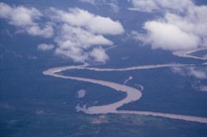 Figura 29- Vista aérea da região do Alto Xingu, dentro do PIX, destacando-se o rio Kuluene afluente do Xingu e a aldeia Kalapalo na sua proximidade.