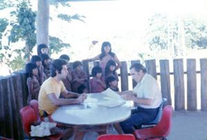 Figura 1- Prof. Baruzzi e eu no trabalho preliminar de identificação das crianças para serem incluídas no projeto de pesquisa.