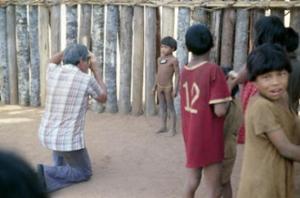 Figura 3- Prof. Baruzzi fazendo o trabalho de identificação fotográfica de uma criança índia.