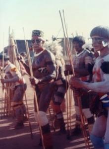 """Figura 9- Festa do """"jawari"""" momentos antes do início das disputas com flechas. Ao centro o chefe Camaiurá, Tacuman, o pajé de maior prestigio no Alto Xingu, com quem compartilhávamos os tratamentos médicos e de quem me tornei um grande amigo."""