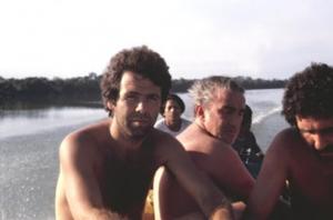 Figura 1a- Equipe médica se deslocando de barco no rio Xingu para trabalhar numa aldeia indígena. No primeiro plano estou eu, ao meu lado Prof. Mauro Morais, na ocasião ainda estudante de medicina, e mais atrás Prof. Baruzzi.