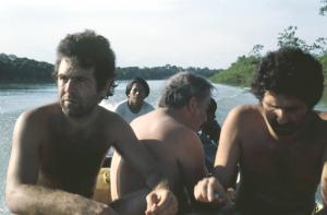Figura 1b- Equipe médica se deslocando de barco no rio Xingu para trabalhar numa aldeia indígena. No primeiro plano estou eu, ao meu lado Prof. Mauro Morais, na ocasião ainda estudante de medicina, e mais atrás Prof. Baruzzi.