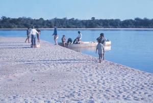 Figura 2- Desembarque da equipe médica em uma praia do rio Xingu para iniciar a caminhada em direção a uma aldeia.