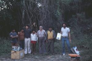 Figura 4- Nossa equipe de trabalho acompanhada de alguns índios com o material de avaliação nutricional.