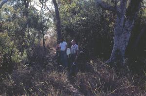 Figura 6a- Equipe médica atravessando uma pinguela.