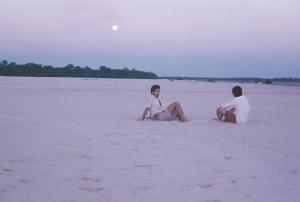 Figura 10- Aproveitando o fim de tarde em uma praia do rio Koluene, afluente do rio Xingu.