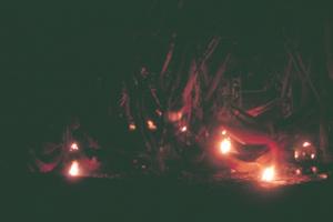 Figura 12- Acampamento dos índios no Posto Leonardo à noite, aquecidos pelas fogueiras.