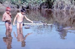 Figura 28- Crianças índias Uaura observando cestas de pequi que são estocadas submersas nas águas do lago próximas à aldeia, e, cujo fruto é consumido de acordo com a necessidade individual.