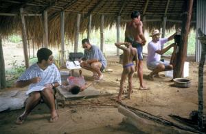 Figura 31- A equipe de trabalho em plena ação obtendo os dados antropométricos das crianças índias.