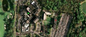 Figura 3- Vista aérea da região onde se localiza o hospital. Em A está a entrada para o estacionamento do apartamento, o círculo verde está sobre o hospital e o círculo vermelho sobre o prédio do nosso apartamento. Em frente ao hospital há um lindo campo de golfe.