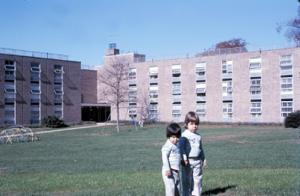 Figura 4- Juliana e Marina no jardim do conjunto de prédios tendo ao fundo o pequeno playground.