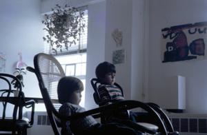 Figura 9- Juliana e Uly assistindo televisão; este era um mecanismo muito útil para dominar o novo idioma.