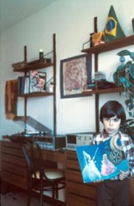 Figura 10- Uly na sala de estar do apartamento e os aparelhos de som que à época eram altamente modernos e sofisticados. O Brasil estava sempre presente nas nossas lembranças.