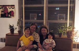 Figura 11- Uly e Marina com minha mãe Walkyria e minha tia Yvonne, a visita tão esperada dos entes queridos.