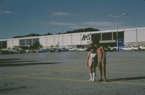 Figura 15- Uly e Juliana em frente à loja de departamento A&S.