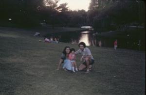 Figura 16- Marina no colo da Eurídice e Juliana ao fundo no Whiteney-Pond Park.